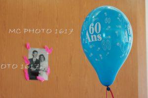 ballon avec marqué 60 ans anniversaire et une photo en noir en blanc