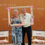couple avec un cadre anniversaire
