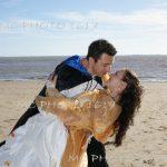 couple-de-mariés-avec-en-fond-la-plage-meschers-carente-maritime
