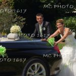 couple de mariés humour qui poussent une voiture charente