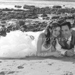 couple mariés allongés sur la plage de Meschers