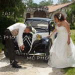 couple mariés avec une ancienne voiture humour charente