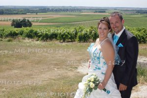 couple mariés devant le moulin d'archiac avec les vignes