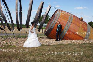 couple mariés devant le tonneau rond point d'archiac charente