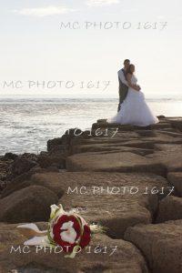 couple mariés qur des rochers à la plage avec le bouquet posé par terre charente maritime