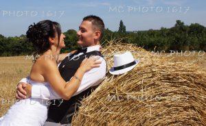 couple mariés s'adossant sur une botte de paille en charente maritime