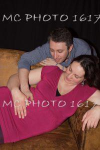 couple regardant le ventre de femme enceinte charente