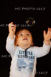 enfant portrait en studio avec une bulle de savon