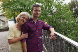 portrait fils et sa mère verdure derrière charente maritime