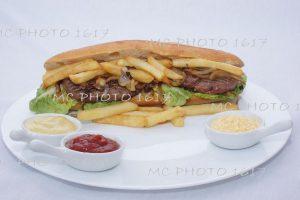 sandwich américain avec steack hachés et frites oignons avec sauce publicité pour entreprise de cognac charente