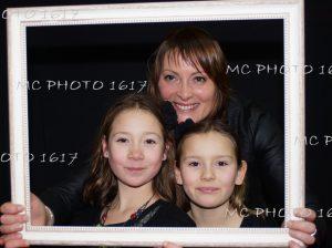 anniversaire-portraits-trois-personnes-dans-un-cadre-blanc-sur-fond-noir