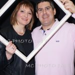 anniversaire-un-couple-qui-tient-un-cadre-blanc-sur-fond-noir-charente