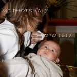 bapteme-ceremonie-eglise-cure-en-train-de-nenir-enfant-bebe.
