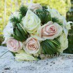 bouquet-mariage-avec-alliances-poses-a-cote-sur-un-bord-de-pont-derriere-vue-riviere