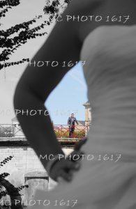 bras-mariee-avec-au-fond-en-couleur-marie-sur-un-pont