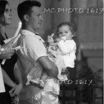 ceremonie-bapteme-pere-qui-tient-sa-fille-dans-les-bras-charente