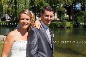 couple-de-mariés-avec-verdure-jardin-public-jarnac-charente