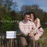 couple-faire-part-annonce-mariage-devant-riviere-au-bord-de-l-eau-charente