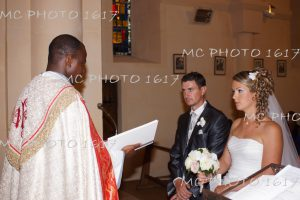couple-mariés-qui-séchange-les-voeux-à-léglise-charente-maritime