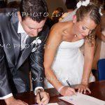 couple-mariés-qui-signent-les-registres-à-la-mairie-charente