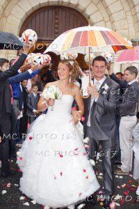 couple-mariés-sortant-de-léglise-charente-maritime