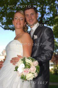couple-maries-flou-avec-bouqute-net-