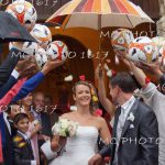 couple-maries-sortie-eglise-haie-ballons-foot-charente