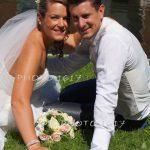 couple-maries-sur-herbe-au-bord-de-leau-charente