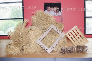 decoration-bapteme-avec-de-la-paille-et-photo-en-arriere-plan
