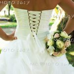 dos-robe-lacets-mariee-mariage-avec-bouquet