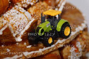 gateau-bapteme-avec-tracteur-dessus-charente