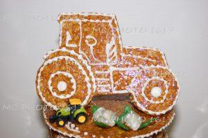 gateau-bapteme-forme-tracteur-chou-piece-montee