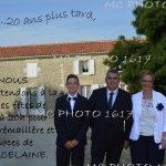 invitation-noces-de-porcelaine-portrait-famille-devant-maison-en-pierres-charente-maritime