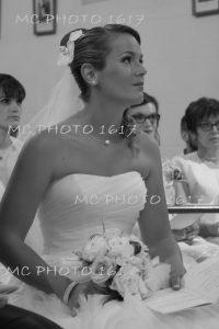 mariée-à-léglise-assise-pendant-la-cérémonie-religieuse-charente-maritime