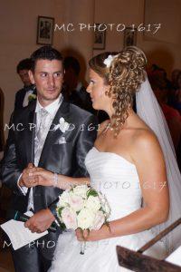 mariés-dans-église-se-tenant-la-main-charente-maritime