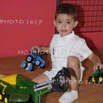 petit-garcon-qui-joue-au-tracteur-par-terre-bapteme