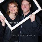 photo-anniversaire-un-couple-d-amis-qui-tient-un-cadre-blanc-charente