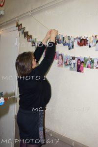 photo-anniversaire-une-femme-qui-accroche-des-photos-sur-un-fil-charente