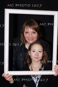 photo-anniversaire-une-mere-et-sa-fille-avec-un-cadre-blanc-sur-fond-noir-mcphoto1617