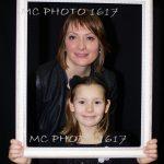 photo-anniversaire-une-mere-et-sa-fille-qui-tient-un-cadre-blanc-sur-fond-noir-charente