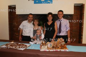 photo-bapteme-avec-parents-marraine-parrain-devant-cheminee