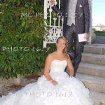 photo-couple-mariage-mariee-assise-sur-des-marches-