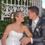 photo-couple-mariage-maries-assis-sur-marche-charente-jarnac