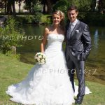 photo-couple-mariage-portrait-debout-maries-au-bord-de-leau