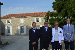 photo-famille-devant-maison-en-pierre-faire-part-noce-porcelaine-charente-maritime
