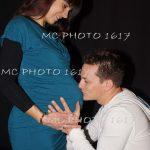 photo-grossesse-couple-homme-sui-embrasse-le-ventre-femme-robe-bleue-charente