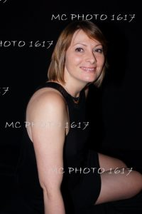 photo-portrait-studio-femme-en-robe-noire-sur-fond-noir-charente