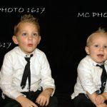 photo-portrait-studio-fond-noir-deux-garcons-bien-habilles-freres