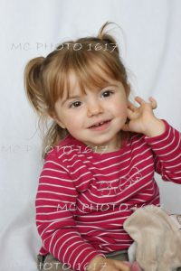 photo-portrait-studio-petite-fille-avec-son-doudou-pull-raye-rouge-et-blanc-sur-fond-blanc-charente