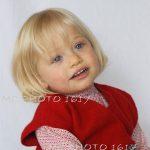 photo-portrait-studio-sur-fond-blanc-petite-fille-robe-rouge